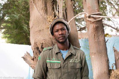 Ziza lehnt am Baum